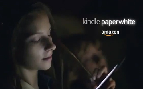 Un fotogramma dallo spot TV del Kindle Paperwhite
