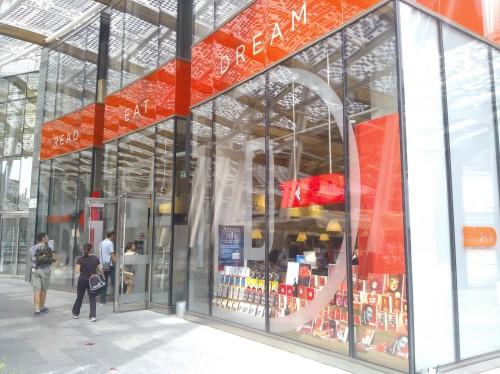 Da ottobre 2013 nelle Librerie Feltrinelli in vendita gli ebook reader Kobo, nella foto la vetrina della nuova RED di Milano